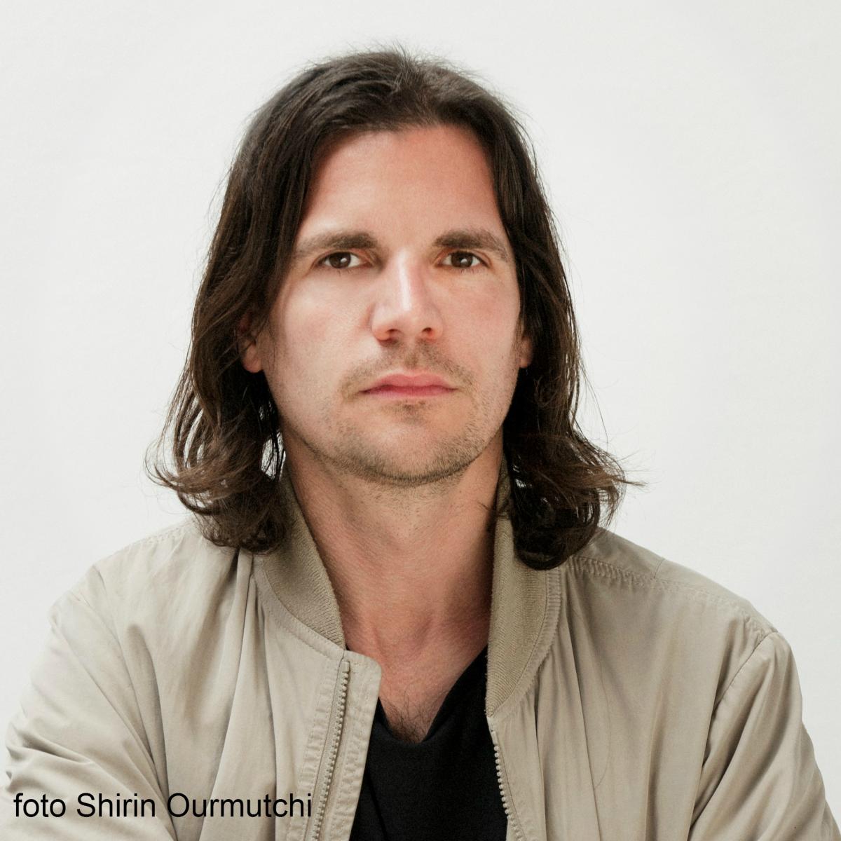 Portretfoto Michael Sailstorfer Door Shirin Ourmutchi.